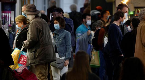 Un estudio analizó los efectos del uso de la mascarilla y el distanciamiento social para prevenir los brotes del coronavirus. Foto: Reuters