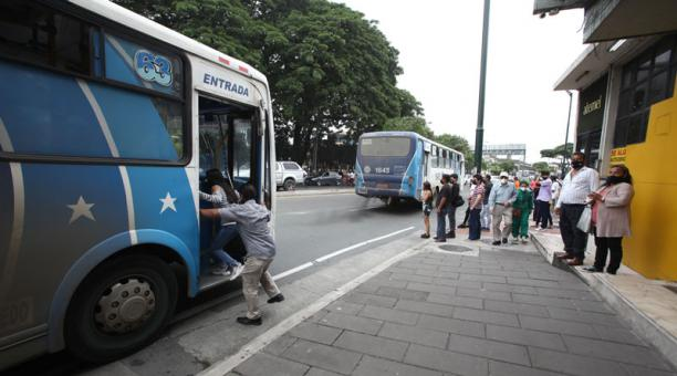 Los dirigentes del transporte urbano de Guayaquil informaron que no plegarán al paro de las unidades interprovinciales, que se realizará desde el 19 de abril del 2021. Foto: Enrique Pesantes/ EL COMERCIO