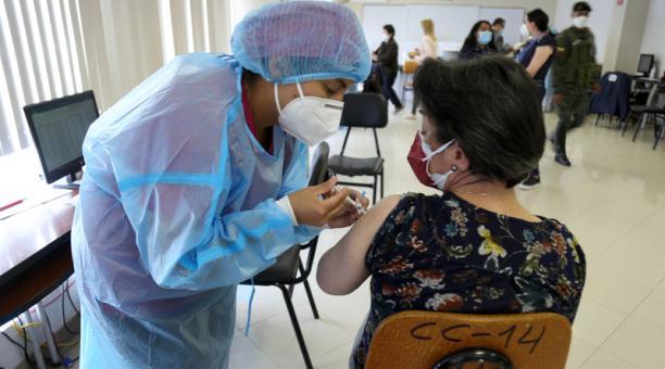 El Municipio de Riobamba cuenta con dos puntos de vacunación en dos universidades. Foto: Glenda Giacometti/ EL COMERCIO