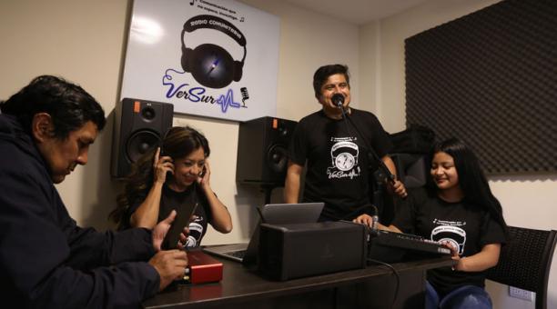 Mariela Altamirano (izq.), Óscar Pineda y Shirley Oscullo, tres de los integrantes de VerSur, en una transmisión. Foto: Vicente Costales / EL COMERCIO
