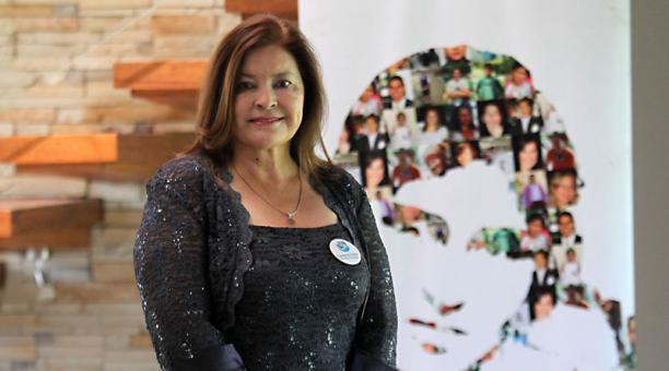 Soraya Herrera está delante de un collage de imágenes que forman el rostro de Nicole. Foto: Julio Estrella / EL COMERCIO