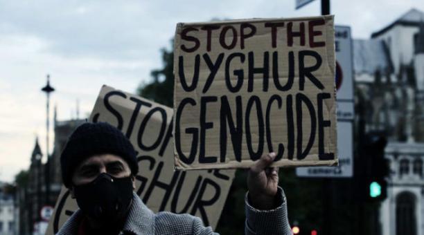 Personas sostienen pancartas durante una protesta en apoyo del pueblo uigur por las continuas violaciones de los derechos humanos en la región autónoma china de Xinjiang, hogar de la comunidad étnica uigur, en Londres, Reino Unido, el 8 de octubre de 2020