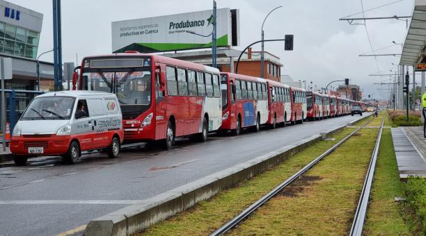 Los buses urbanos de Cuenca se ubicaron a lo largo de la avenida España, en el norte dela ciudad. Foto: Lineida Castillo / El Comercio