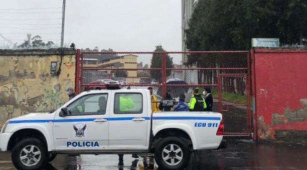 El operativo de Policía se realizó en la mañana del 19 de abril del 2021 en el estadio de Aucas. Foto de la cuenta Twitter @AreaDeportivaFM