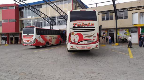 En Tulcán, Carchi, las empresas de transporte interprovincial están laborando con normalidad, pero se registró una disminución de personas. Foto: Interdiario La Prensa