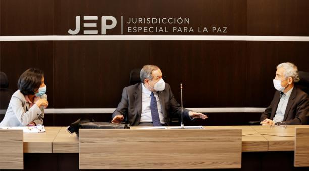 La directora de la Unidad de Búsqueda de Personas dadas por Desaparecidas (UBPD), Luz Marina Monzón (izq.), el presidente de la Jurisdicción Especial para la Paz (JEP), el magistrado Eduardo Cifuentes (centro), y el presidente de la Comisión de la Verdad,