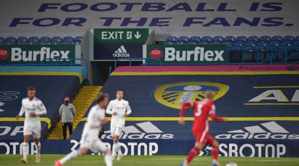 Una pancarta se observó en el partido de fútbol entre Leeds United y Liverpool FC el 19 de abril del 2021. Foto: EFE