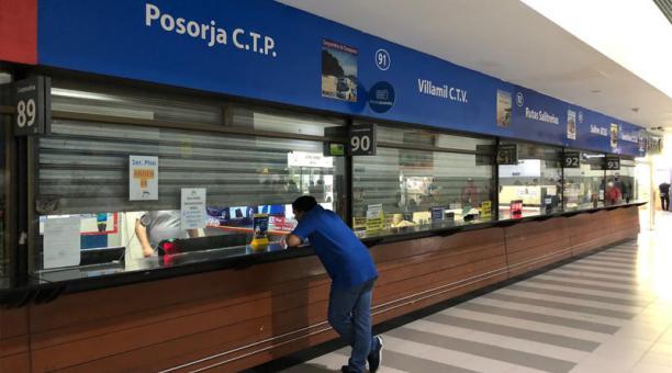 La Terminal Terrestre de Guayaquil luce este lunes 19 de abril con decenas de boleterías cerradas, solo 8 de 88 cooperativas están operativas. Foto: Enrique Pesantes / EL COMERCIO