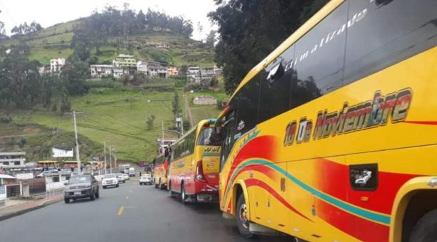En Guaranda buses permanecen apostados en las vías para impedir el tránsito en la vía de acceso a la ciudad.
