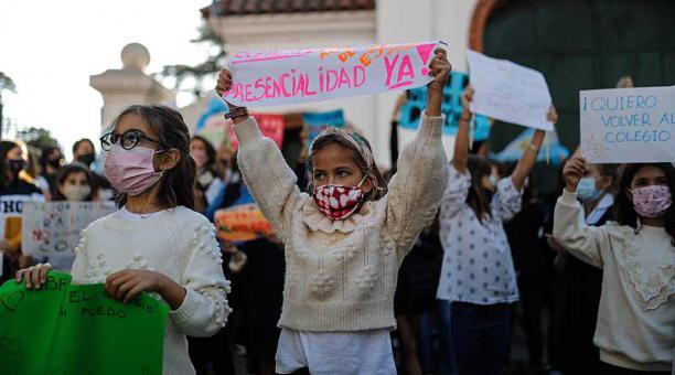 Padres y alumnos protestaron este 19 de abril del 2021 frente a la Quinta Presidencial de Olivos, en Buenos Aires, para reclamar la reapertura de clases presenciales. Foto: EFE