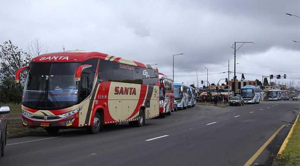 Al menos 1 000 transportistas en Ambato permanecerán con la medida de brazos caídos. Foto: Glenda Giacometti / EL COMERCIO