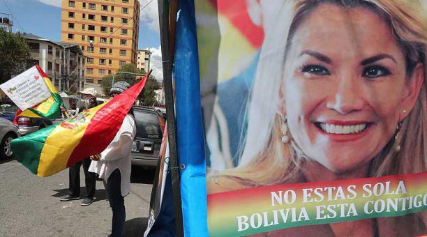 El pasado 14 de abril del 2021, familiares y activistas simpatizantes de Jeanine Añez realizaron una vigilia de apoyo frente al Centro Penitenciario Femenino de Miraflores, donde se encuentra detenida. Foto: EFE