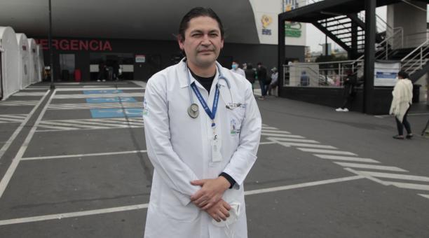 Carlos Tello es un médico familiar, que se formó en Cuba. Trabaja en emergencias en el IESS-Quito Sur, desde que se inauguró el hospital. Foto: Galo Paguay/ EL COMERCIO