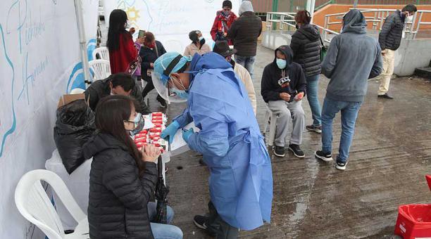 Las muestras se tomaron al pie del edificio de la Prefectura de Pichincha, en el centro de Quito. Foto: Julio Estrella / EL COMERCIO