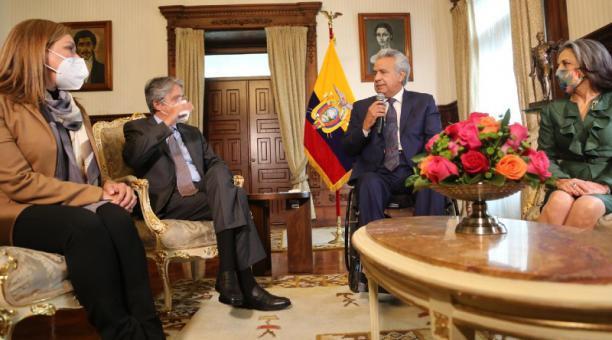 El presidente electo, Guillermo Lasso, junto a el mandatario saliente, Lenín Moreno, ayer en Carondelet. Foto: Vicente Costales/ EL COMERCIO