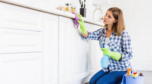 En casas con pacientes con covid-19 se debe limpiar diariamente para que no se disemine el virus. Foto: freepik