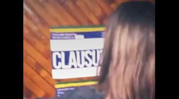 En las puertas de la hostal estaban colocados los sellos de clausura. Foto: captura