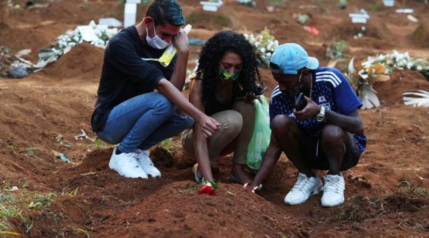 Familiares lloran la partida de un ser querido en un cementerio de Brasil. Foto: REUTERS