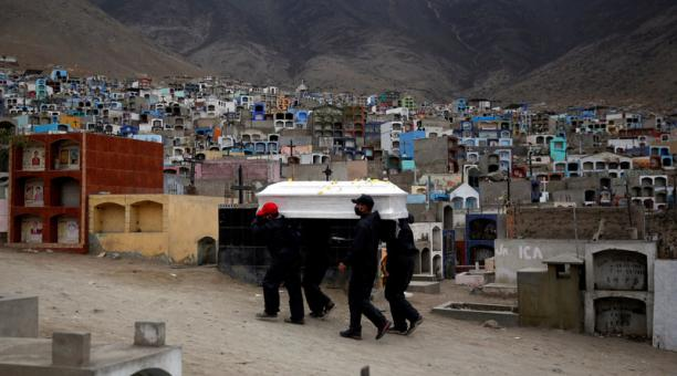 El cuerpo de una víctima de la enfermedad por coronavirus es trasladado a un cementerio, en Lima. Foto: REUTERS