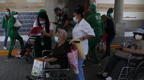 Adultos mayores entregan sus datos a funcionarios para recibir la segunda dosis de la vacuna contra la covid-19 en Ciudad de México. Foto: EFE
