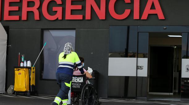 Una persona es ingresada al hospital Iess del Sur en Quito el 16 de abril del 2021. Foto: EFE