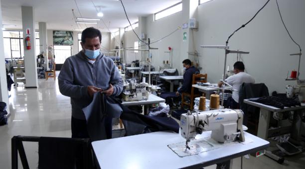 Luis Narváez trabaja en la confección del jean en fábrica Montana, en Pelileo.Foto: Glenda Giacometti / EL COMERCIO
