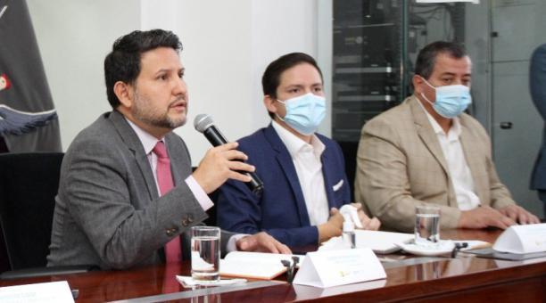 Ministro de Transporte, Gabriel Martínez (i), anuncio ayer la medida de incremento para contrarrestar el alza del precio del diésel. Cortesía: Ministerio de Transporte
