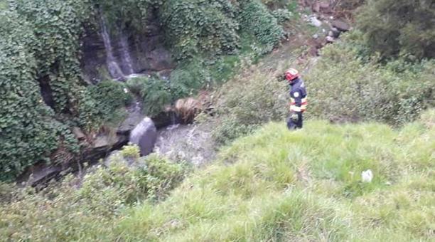 Equipos de rescate inspeccionan la zona para localizar a los jóvenes que fueron arrasadas por la corriente del río Monjas. Foto: cortesía Bomberos Quito