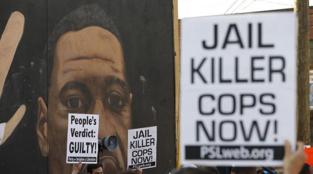 La gente reacciona cerca de un mural de George Floyd después de que el ex oficial de policía del Departamento de Policía de Minneapolis, Derek Chauvin, fuera declarado culpable de todos los cargos en Minneapolis, Minnesota, por la muerte de Floyd en Atlan