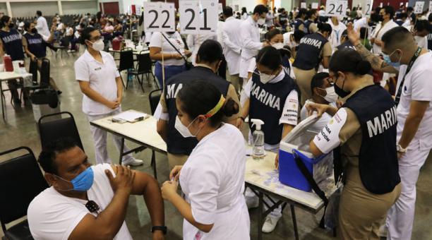 Personal de salud de la Marina mexicana vacuna a maestros contra la covid-19, en el municipio de Mocambo, en el estado de Veracruz. Foto: EFE