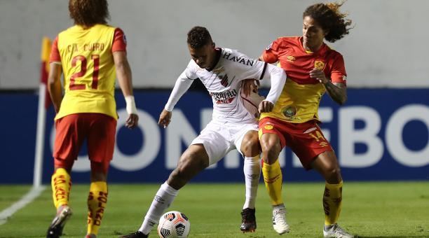 Steven Tapiero disputa el balón ante Richard Candido, en el partido entre Aucas y Atlético Paranaense. Foto: EFE