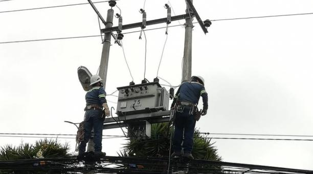 Trabajadores de la Empresa Eléctrica Quito laboraban en un transformador de La Cristianía, en el norte de la capital, luego de un corte de energía. Foto: Twitter EEQ