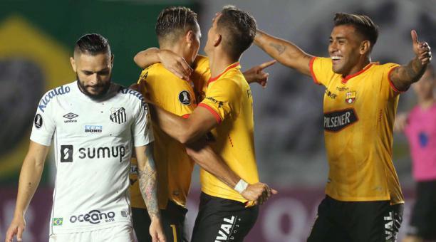 Jugadores de Barcelona SC celebra un gol ante Santos en la Libertadores, el 20 de abril del 2021. Foto: EFE