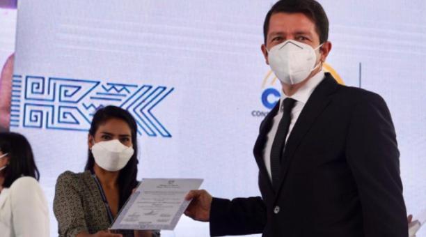 Francisco Jiménez recibió su credencial de asambleísta nacional el 21 de abril del 2021. El legislador habló de los procesos judiciales y figuras del correísmo. Foto: Twitter Francisco Jiménez