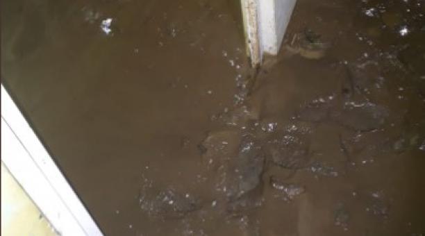 Las viviendas que estaban cerca a una quebrada fueron afectadas por el fango generado por las intensas lluvias en Carchi. Foto: Twitter Bomberos de Ibarra
