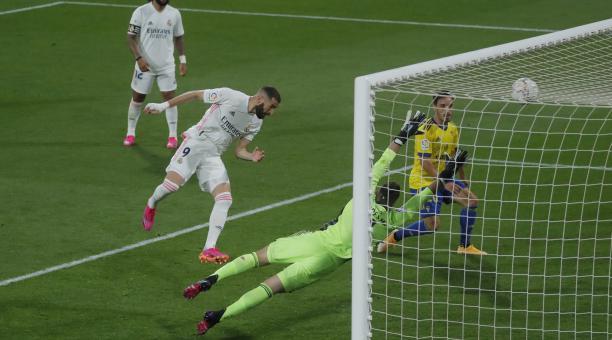 Karim Benzema anotó uno de los goles en la victoria del Real Madrid ante el Cádiz. Foto: EFE
