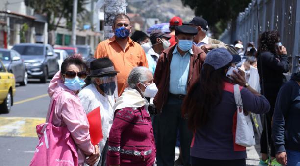 Proceso de vacunación de personas de la tercera edad que se está realizando en la UTA. Foto: Glenda Giacometti/ EL COMERCIO