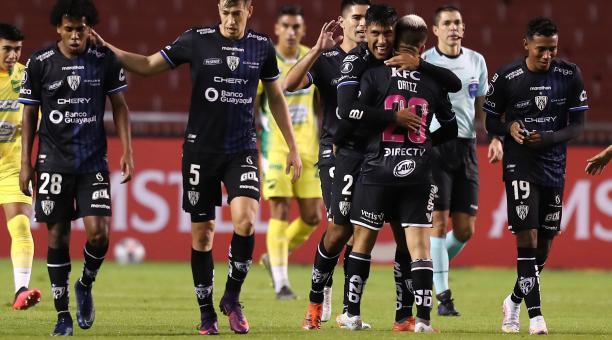 Los jugadores de Independiente del Valle festejan el tanto del empate ante Defensa y Justicia. Foto: EFE