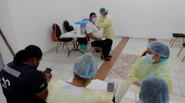Varias personas acuden a recibir la segunda dosis de la vacuna Pfizer contra la covid-19 hoy, en la escuela Manuel José Hurtado, en el barrio el Chorrillo de Ciudad de Panamá (Panamá). Foto: EFE