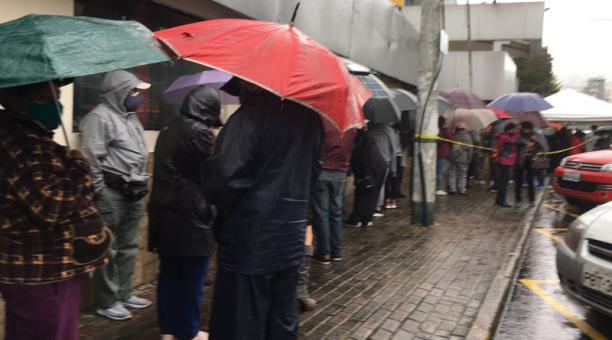 En el Centro de Exposiciones, ubicado en el norte de la ciudad, había filas de personas esperando la administración de las dosis. Foto: Cortesía  Ana Mariela Cevallos
