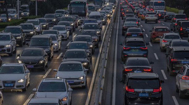 Imagen de un atasco en China. Un informe alerta sobre el impacto del cambio climático en el PIB de las economías de los países. Foto: EFE