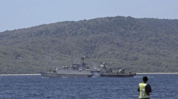 Más de 400 personas, cinco barcos y dos helicópteros forman parte del equipo de búsqueda del submarino desaparecido en Indonesia. Foto: EFE