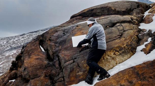 Un vulcanólogo colocando una placa simbólica al Glaciar Ayoloco, en el volcán Iztaccíhuatl (México). Foto: EFE