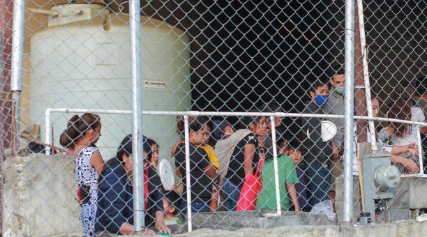 Migrantes de diferentes nacionalidades permanecen en el albergue del Templo cristiano Embajadores de Jesús, el 21 de abril de 2021 en la ciudad de Tijuana, Baja California, México. Foto: EFE