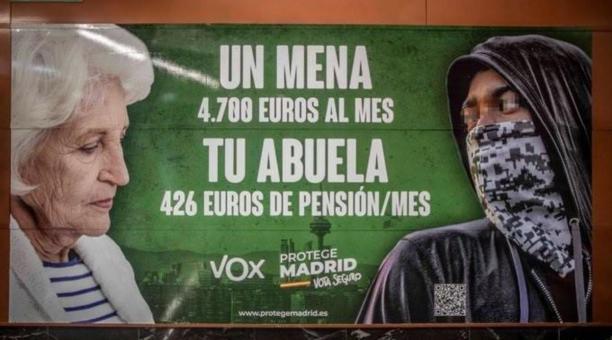 El cartel ha desencadenado fuertes críticas en España y denuncias en los tribunales contra Vox. Foto: Twitter @_infolibre
