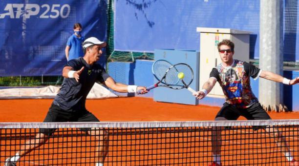 Gonzalo Escobar (izq.) y Ariel Behar avanzaron a su quinta semifinal de la temporada. Lo hicieron este 22 de abril del 2021 en el Serbia Open. Foto: @SerbiaOpen2021