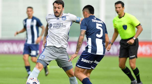 Federico Navarro (der.) de Talleres disputa un balón con Sebastián Rodríguez de Emelec en el estadio Mario Alberto Kempes en Córdoba (Argentina). Foto: EFE