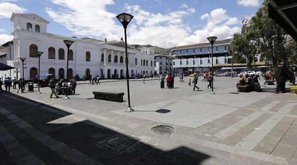 Imagen referencial. Según los informes de la Policía, cuatro personas asaltaban a los transeúntes que pasaban cerca de la Plaza del Teatro. Foto: archivo / EL COMERCIO