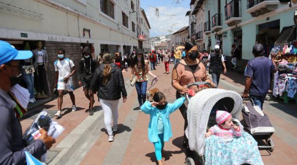 En las calles Imbabura y Chile, en el Centro Histórico de Quito, se registraron ayer aglomeraciones; este comportamiento ciudadano es persistente, pese a los controles. Foto: Vicente Costales / EL COMERCIO