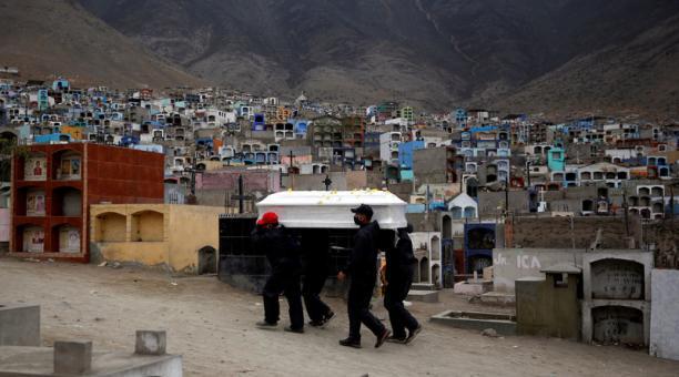 El féretro de una víctima del covid-19 en un cementerio, en Lima, Perú. Foto: REUTERS